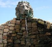Fontaine d'eau en pierre. — Photo