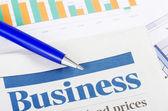 ビジネス グラフと新聞 — ストック写真
