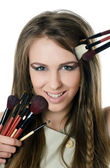 красивая девушка с кистями для макияжа — Стоковое фото