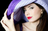 Portrét krásné elegantní ženy v lila klobouku — Stock fotografie