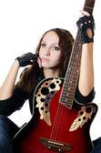 A garota bonita em uma jaqueta de couro com uma guitarra — Foto Stock