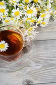 Coppa di vetro con un tè di camomilla — Foto Stock