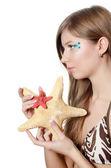 молодая красивая девушка с starfish изолированные — Стоковое фото