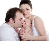 Retrato de una joven familia feliz con el niño — Foto de Stock