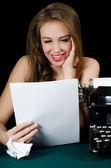 Das schöne Mädchen auf einer Schreibmaschine. ein retro-Stil — Stockfoto