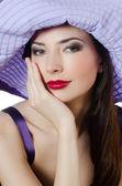 портрет красивой элегантной женщины в сиреневый шляпа — Стоковое фото