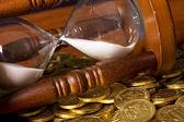 Clessidre e moneta sul tavolo di legno — Foto Stock