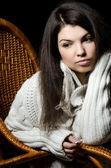 Das schöne Mädchen in Korbstuhl — Stockfoto