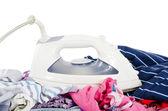 куча чистой одежды с железом — Стоковое фото