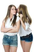 Duas raparigas a namorada são sussurrou — Foto Stock