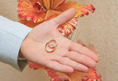 Złote obrączki ślubne na ręce pana młodego — Zdjęcie stockowe