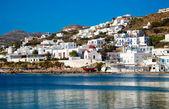 El famoso barco rojo y una iglesia en la bahía de mykonos. grecia. — Foto de Stock