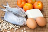 Pescado crudo con huevos, toufu, frijoles de ojo negro y tomates — Foto de Stock
