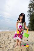 Malá dívka hraje písek — Stock fotografie