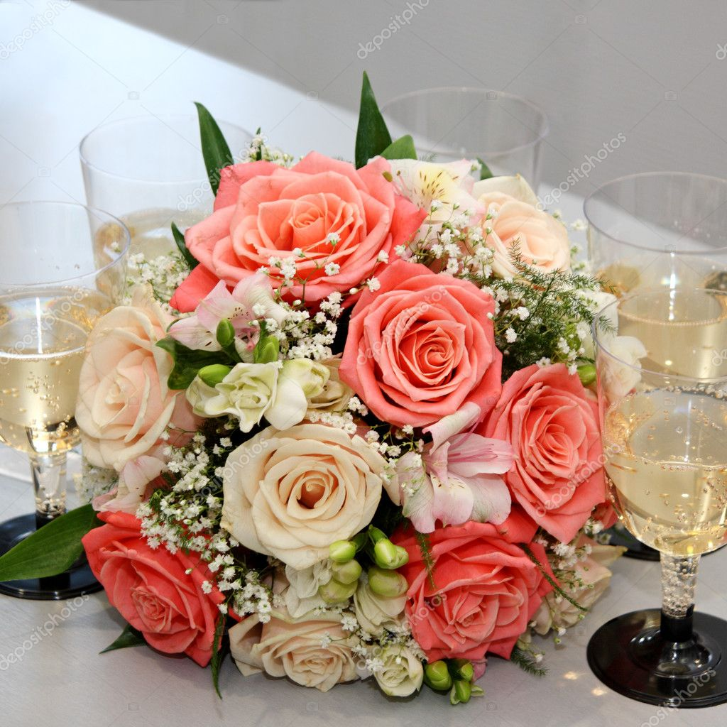 Beautiful bouquet from roses in an environment of five glasses with champagne — Stock Photo #9558680