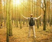 Man stands in the forest — Stockfoto