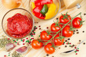 Ingredients for making tomato sauce with slices of bell pepper — Stock Photo