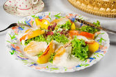 Tasty dish: chicken breast with nectarine slices and lettuce — Stock Photo