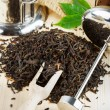 Black tea pile, teapot, wooden scoop - 图库照片