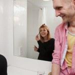 Młoda para mówić w łazience — Zdjęcie stockowe