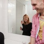 jong koppel praten in badkamer — Stockfoto