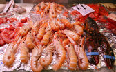A pile of shrimp on the sales counter — Foto Stock