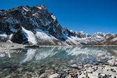 Heilige meer en de bergen in de buurt van gokyo in himalaya — Stockfoto