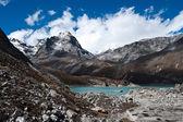 Heliga sjö nära gokyo i himalaya — Stockfoto