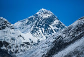 Everest: highest mountain in the world — Stock Photo