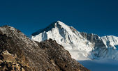 On top of Gokyo Ri: Peaks and clouds — Stockfoto