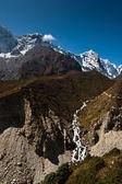 Himalaya landscape: stream and snowed peaks — Stock Photo