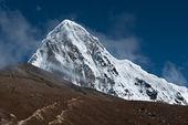 Pumori、 kala patthar 和多云的天空在喜马拉雅山 — 图库照片