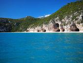 Karakteristiska grottorna i cala luna beach — Stockfoto