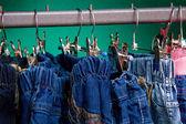 Denim byxor på en galge för barn i butiken — Stockfoto