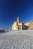 Kostel a u moře ve městě camogli — Stock fotografie