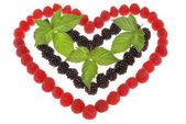 ラズベリーおよびブラックベリーを作った心。bl の最上位の葉 — ストック写真
