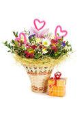 バスケットと、白の背景に隠れて存在ボックスで美しい花束 — ストック写真