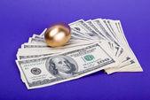 Złote jajko. symbolem pieniędzy i o udanej inwestycji — Zdjęcie stockowe