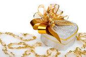 在雪上的金色丝带圣诞银心礼品盒 — 图库照片