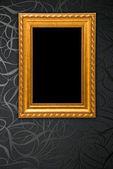 Gouden frame op zwarte vintage wallpaper achtergrond — Stockfoto