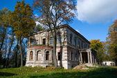 övergivet skadade gamla hus — Stockfoto