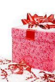 Boîte de cadeau rouge de noël avec ruban dans la neige sur un fond blanc. — Photo