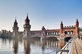 El puente oberbaumbrücke en berlin, alemania — Foto de Stock