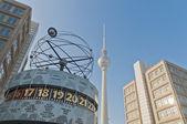 De weltzeituhr op alexanderplatz in Berlijn — Stockfoto