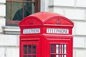 красный телефон в лондоне, англия — Стоковое фото