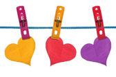 Kleur papier harten opgehangen aan waslijn — Stockfoto