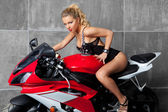 性感的金发上 sportbike — 图库照片