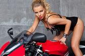 Seksowna blondynka na motocykl sportowy — Zdjęcie stockowe