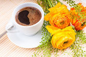 Coffee and flowers — Stock Photo