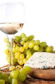 Bílé víno, modrý sýr a hrozny — Stock fotografie